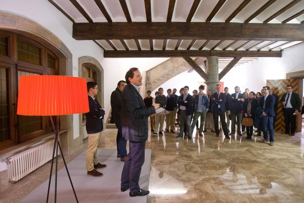 Durante la inauguración de la Puerta Gótica, en la que Carlos Naya presentó al pintor invitado.