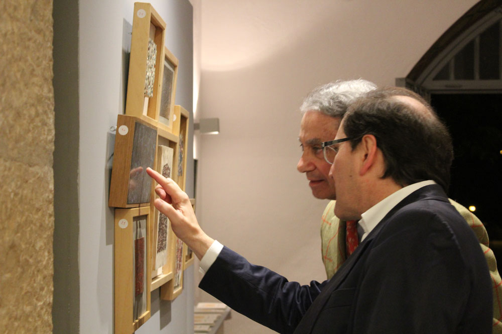 Los arquitectos Ignacio Vicens y Carlos Naya viendo algunas de las obras de Mardones