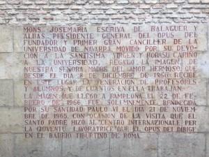 Texto grabado en la pared trasera de la ermita del campus, en el que sucintamente explica la historia de la imagen.