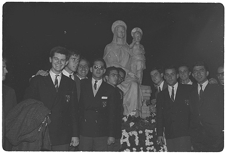 En la imagen aparecen, de izquierda a derecha José Antonio Riestra, Antonio Reina, Jaime Fuentes, Cesar Morales y Humberto Arbeláiz. A medida que identifiquemos a otros, iremos incorporando sus nombres ;)