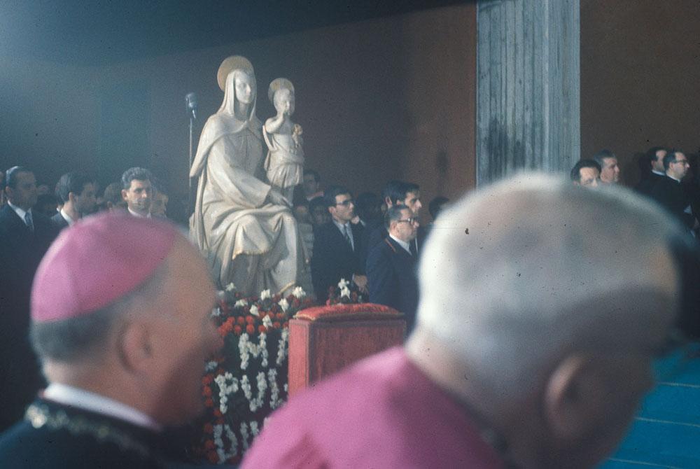 La talla de Nuestra Señora del Amor Hermoso estaba situada en un lateral, junto al altar.