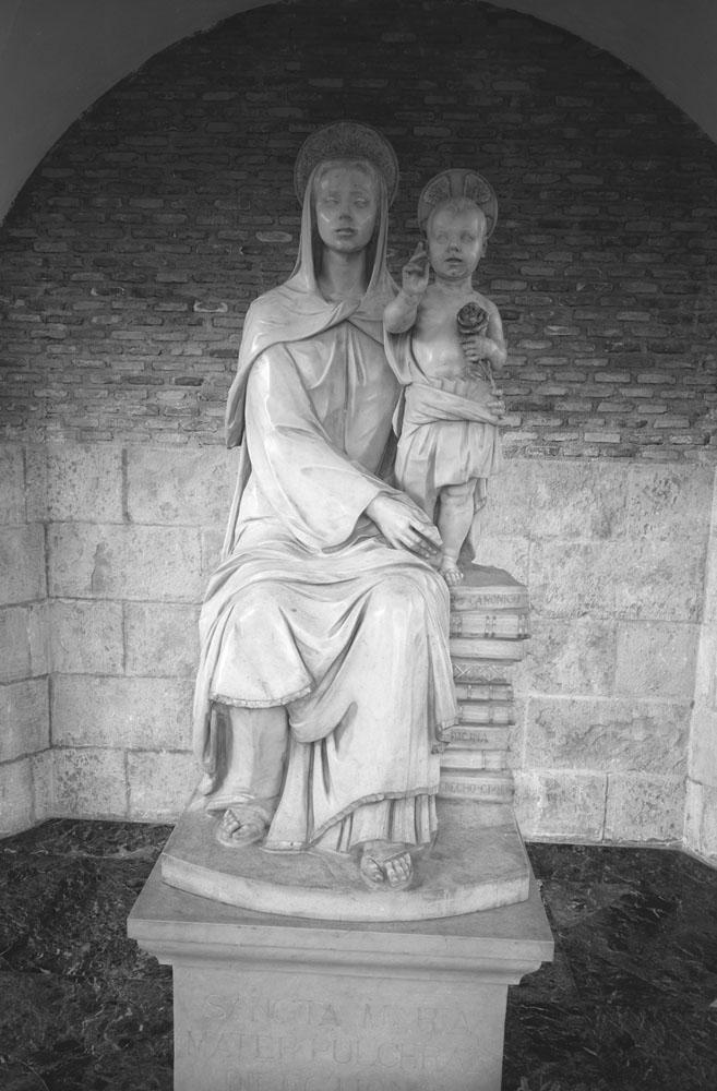 La imagen llegó a Pamplona el 22 de febrero de 1966, en la ermita aún no estaba el mosaico de José Alzuet.