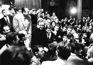 San Josemaría Escrivá de Balaguer en el transcurso de una tertulia en el salón de actos de Belagua (28 de Noviembre de 1964)