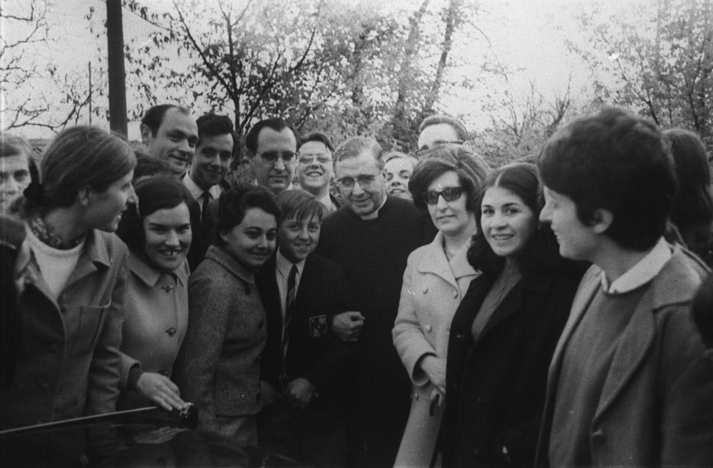 San Josemaría, con algunas personas junto a la ermita, el 23 de abril de 1967. Entre ellas, a su derecha, el arquitecto de la ermita Ignacio Araujo.